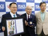 ノーベル平和賞メダル展示記者会見(2018/05/02) 賞状とメダル