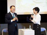 女優の吉永小百合さんが核兵器廃絶を求めるイベントで対談 メダルケースを手にして(2018/09/24)【ピースボート事務局提供】