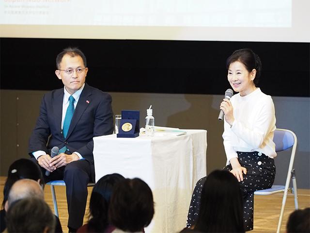 女優の吉永小百合さんが核兵器廃絶を求めるイベントで対談 メダルケースを囲んで(2018/09/24)【ピースボート事務局提供】