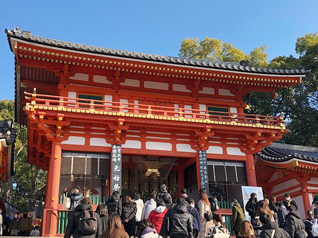 2021年八坂神社 門の前