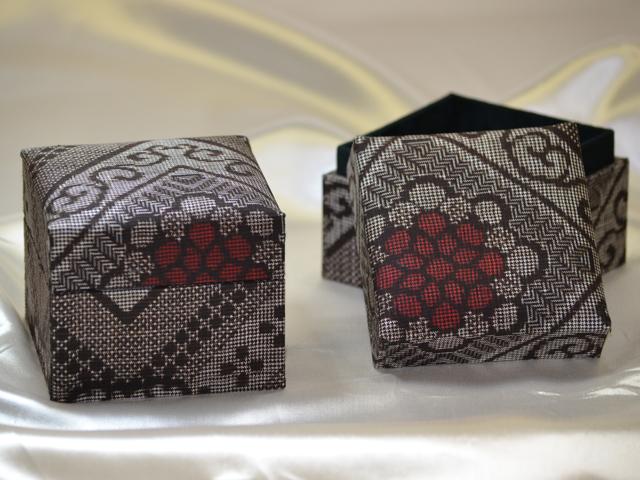 「大島紬」の和装小物箱(縞模様:花柄)