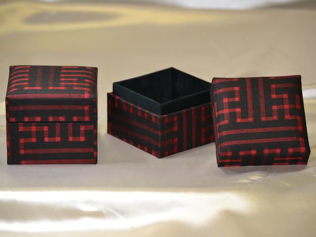 「大島紬」の和装小物箱(幾何学模様、赤と黒)