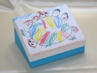 小さい子供の絵の箱