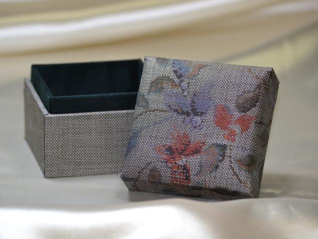 「大島紬」の和装小物箱(花柄、下地「中間色」)