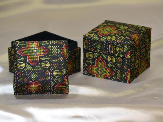 「大島紬」の和装小物箱(幾何学縞模様)