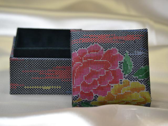 「大島紬」の和装小物箱(花柄、牡丹)