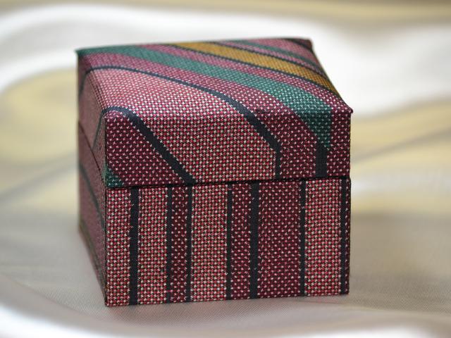 「大島紬」の和装小物箱(幾何学縞模様、下地「色大島」)