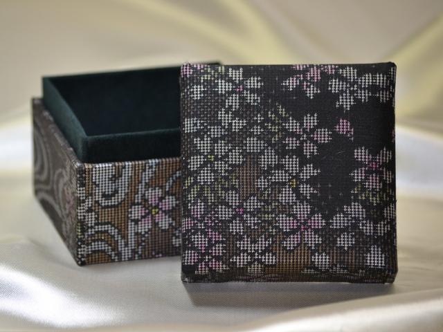 「大島紬」の和装小物箱 (桜柄)