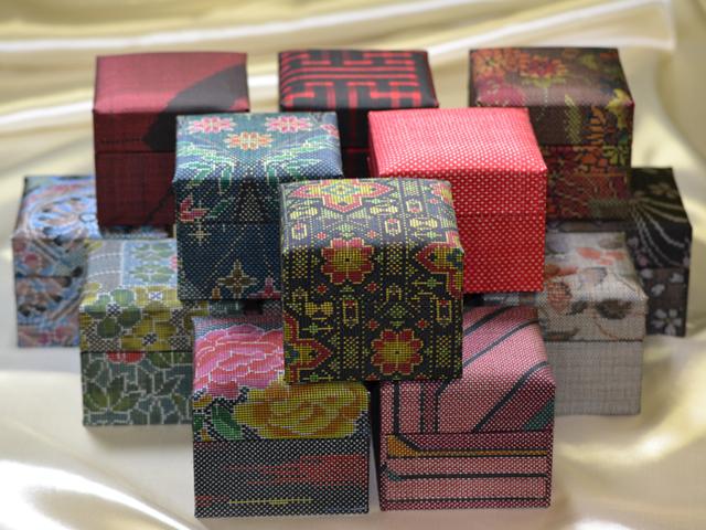 「大島紬」の和装小物箱(赤系統)
