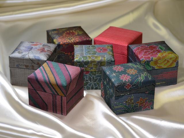 「大島紬」の和装小物箱(7種、赤系統)