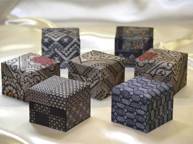 「大島紬」の和装小物箱(7種、グレー)