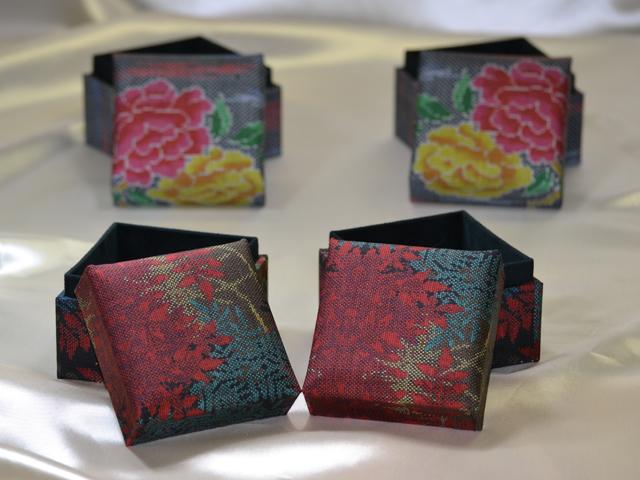 「大島紬」の和装小物箱(4種、赤系統)