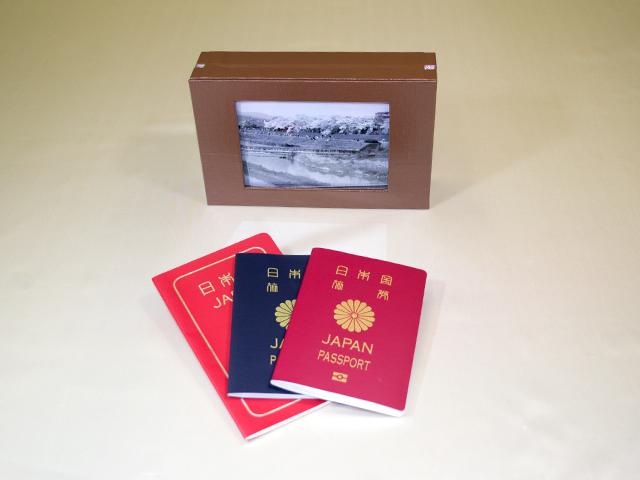 想い出のパスポート Box ~USBメモリー付 ダークブラウン~「第75回東京ギフトショー2013春」出展商品(写真ディスプレー時)